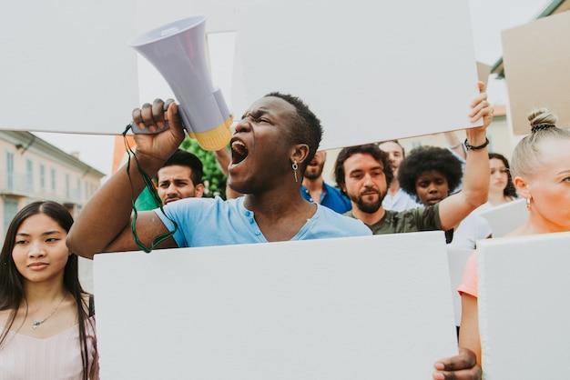 Manifestación pública en la calle contra problemas sociales y derechos humanos. grupo de personas multiétnicas haciendo protesta pública