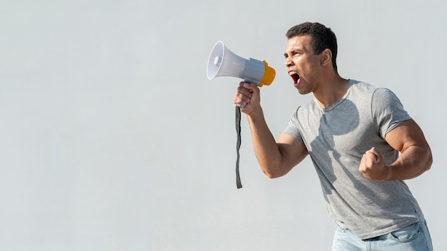 Manifestante manifestando con megáfono