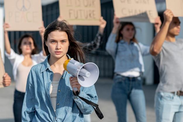 Manifestante se reunió para manifestarse por la paz