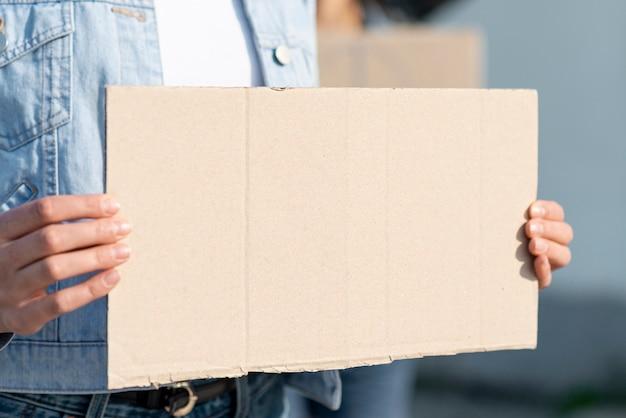Manifestante sujetando el tablero con maqueta