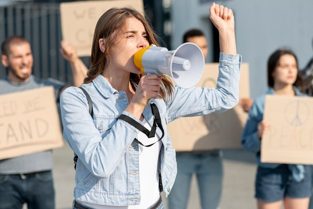 Manifestantes manifestando juntos por la paz