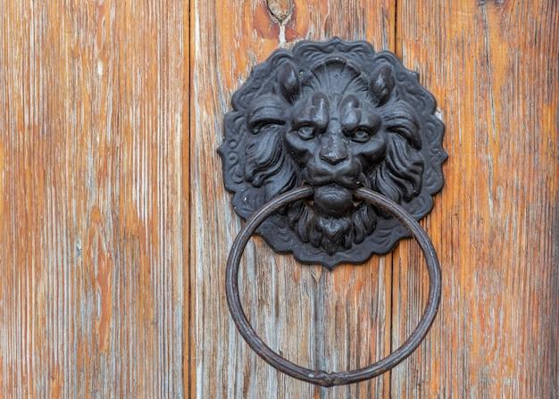 Manija de decoración de pestillo de anillo redondo de metal montado en la puerta de madera puerta de metal anillo de perilla en forma de cabeza de león