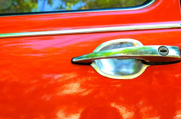 Manija de una puerta de auto naranja