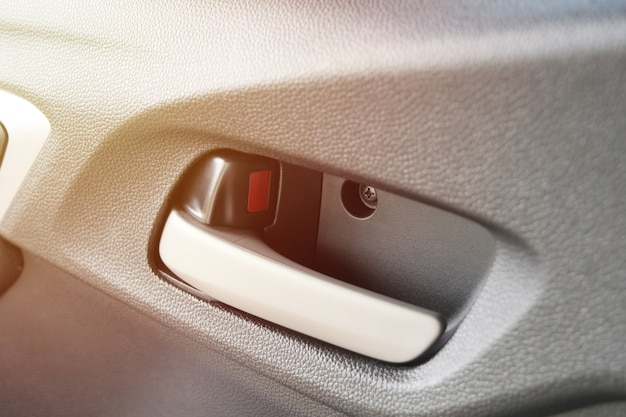 Manija de puerta de coche primer plano dentro de vehículo de ciudad de portón