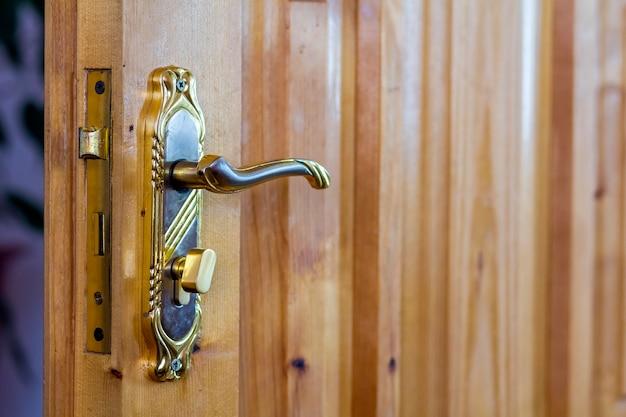 Manija de puerta vintage en primer plano de puertas de madera