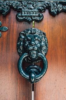 Manija de la vendimia en la puerta