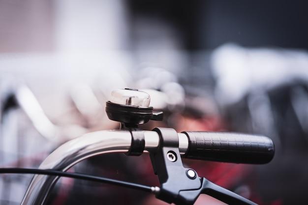 Manillar de bicicleta vintage descansando en los parques de bicicletas.