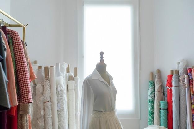 Maniquí de sastre con vestido a medio hacer.