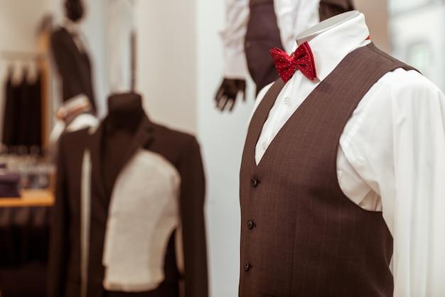 Maniquí en traje clásico con pajarita.
