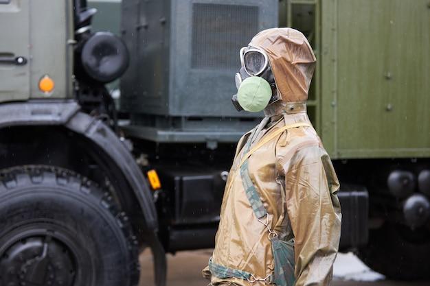 Maniquí vestido con traje de protección química y máscara de gas.