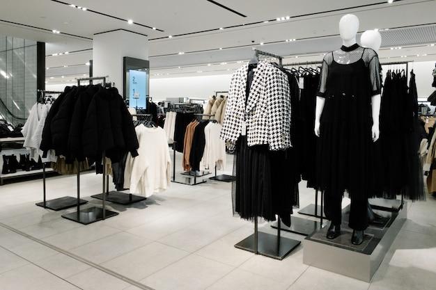 Maniquíes vestidos con ropa femenina femenina en la tienda del centro comercial