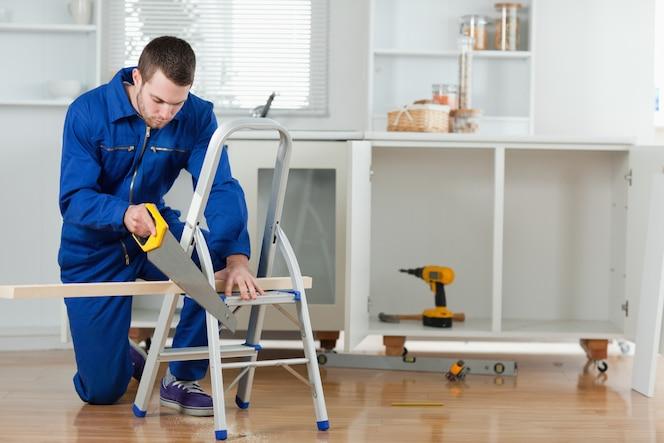 Manitas cortando una tabla de madera