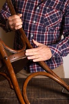Manitas haciendo una silla de madera