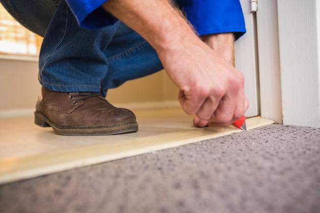 Manitas que coloca una alfombra