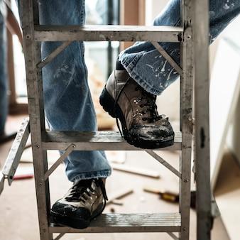 Manitas trabajando renovando herramientas de construcción