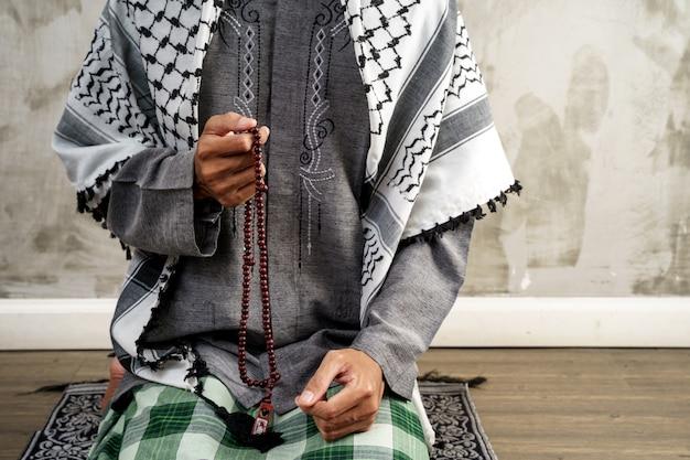 Mano abra el brazo mientras reza en la cultura islámica