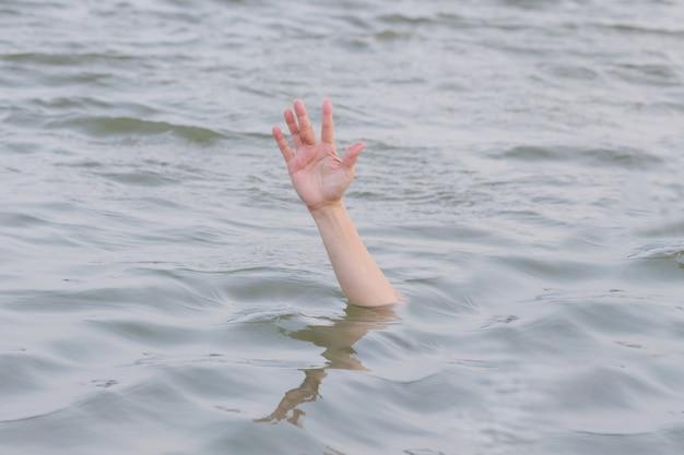 Mano ahogandose en el mar