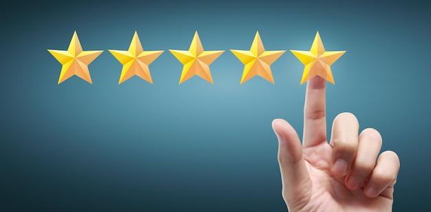 Mano de aumento conmovedor al aumentar cinco estrellas. aumentar el concepto de clasificación de evaluación de calificación
