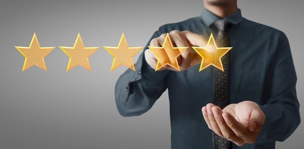 Mano de aumento conmovedor al aumentar cinco estrellas. aumentar evaluación de calificación