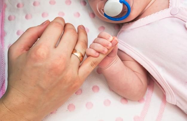 Mano de bebé recién nacido