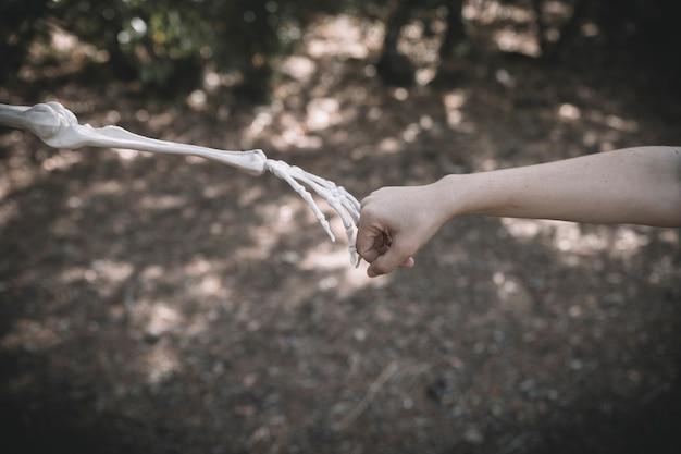 La mano de bone conecta el puño humano