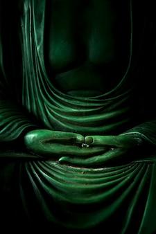 Mano de buda meditación signo de pacífico del budismo asiático religión zen y tao.