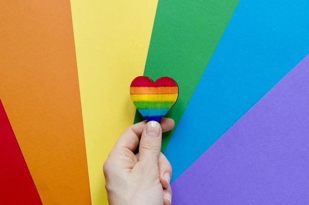 De la mano con el corazón del arco iris