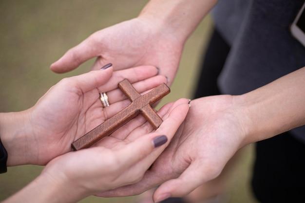 De la mano con la cruz. concepto de esperanza, fe, cristianismo, religión, iglesia en línea.