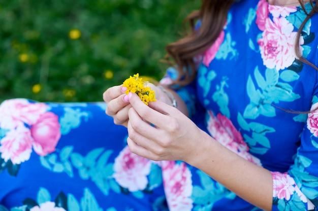 La mano da una flor silvestre con amor. romance, sentimientos