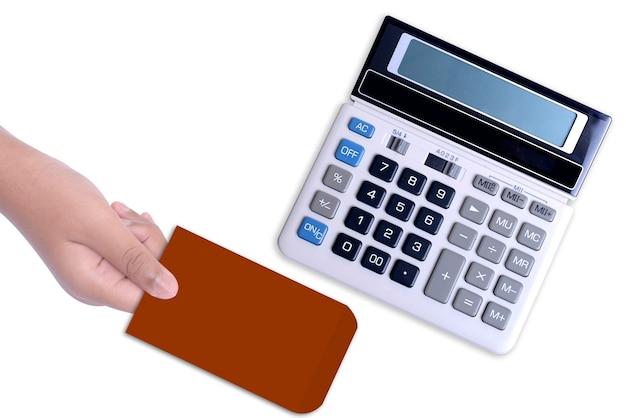 Mano dando regalo con calculadora aislado sobre fondo blanco.