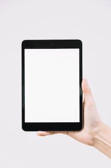 Mano de cultivo con tableta en blanco