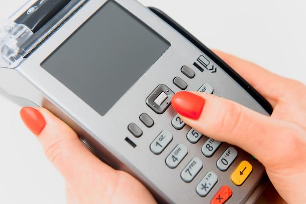 La mano y los dedos entran en el pin con un teclado de mano
