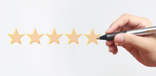 Mano dibujar calificación de cinco estrellas. conceptos de evaluación y revisión