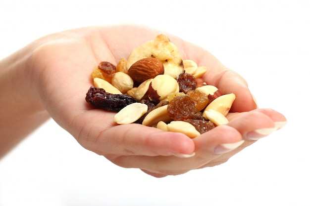 Mano con diferentes frutos secos