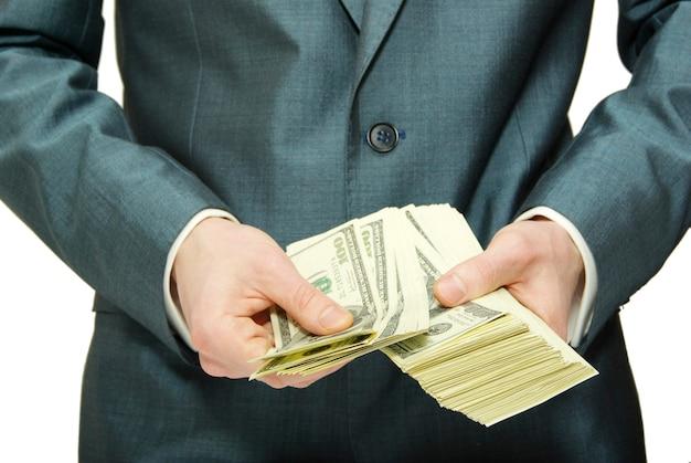 Mano con dinero aislado en blanco