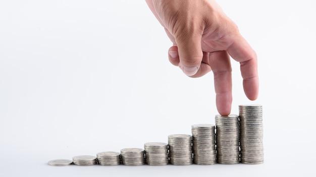 Mano con dinero pila paso crecimiento creciente ahorro dinero, inversión empresarial finanzas concepto