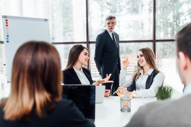 Mano de la empresaria para hacer preguntas en la formación del equipo, jefe escuchando una propuesta.