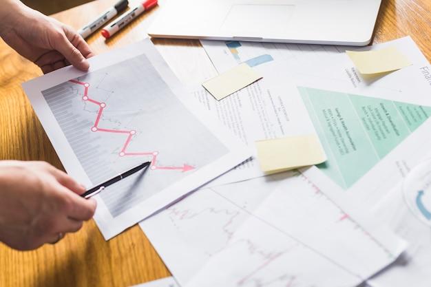 La mano del empresario analiza cada vez más el gráfico