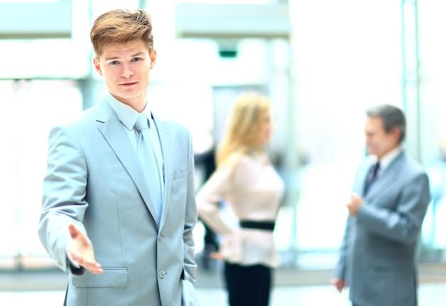 La mano del empresario para un apretón de manos la conclusión de la transacción