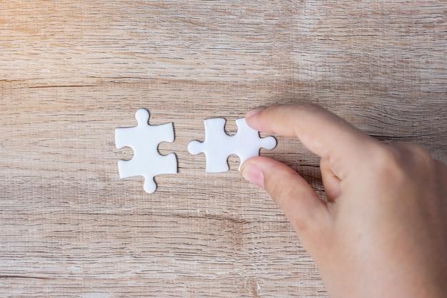 Mano de empresario conectar pareja pieza del rompecabezas. soluciones, objetivo de misión,