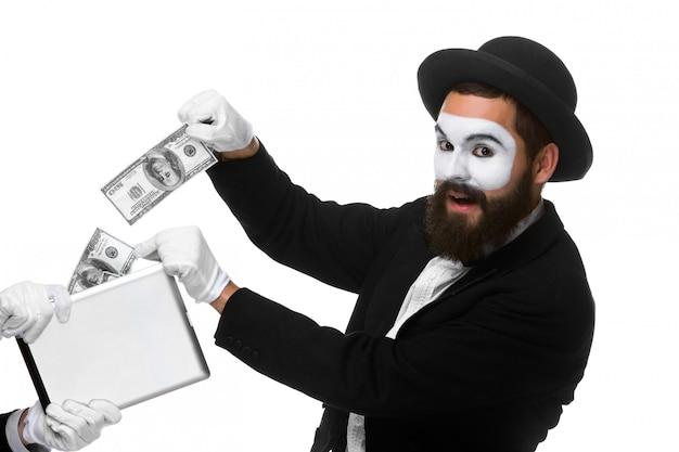La mano del empresario en forma de mime extrae dinero de tablet pc