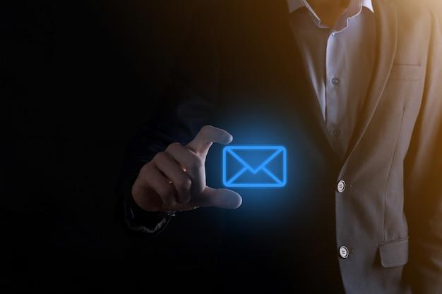 Mano de empresario sosteniendo el icono de correo electrónico