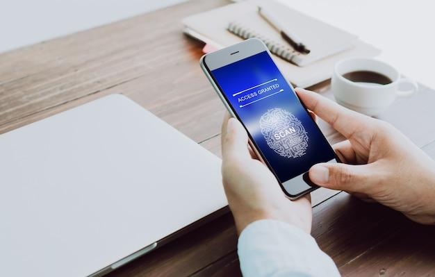 La mano está escaneando huellas digitales biométricas para su aprobación para acceder a dispositivos electrónicos