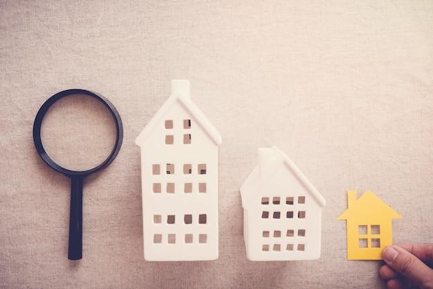 Mano escogiendo la propiedad de la casa correcta