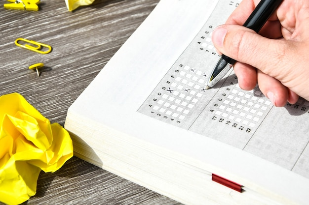 Mano de estudiante con lápiz para el examen