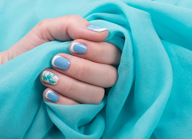 Mano femenina con uñas cuidadas