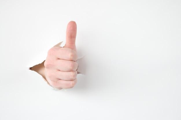 Mano femenina hace pulgares arriba gesto closeup