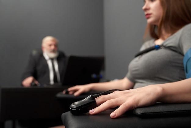 Mano femenina con indicador para medir pulso en prueba de verdad