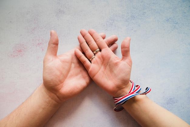Mano femenina en mano masculina
