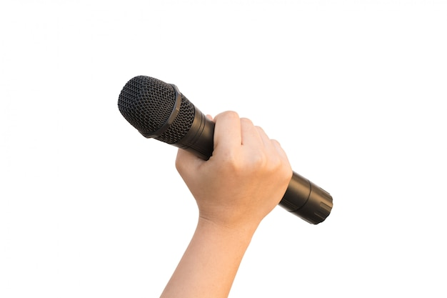 Mano femenina con micrófono aislado sobre fondo blanco